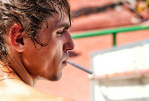 mlady muz s cigaretou v ustach